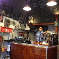 1/11/2013 tarihinde Lilla J.ziyaretçi tarafından Tamp & Pull Espresso Bar'de çekilen fotoğraf