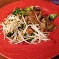Foto tomada en E-San Thai Cuisine por Sophia K. el 5/28/2013