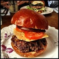 3/31/2013 tarihinde Petr K.ziyaretçi tarafından Dish – Fine Burger Bistro'de çekilen fotoğraf