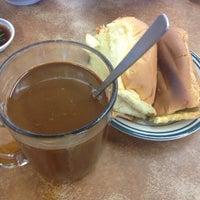 Снимок сделан в Kedai Kopi Tec Le 得利茶餐室 пользователем Leslie C. 8/8/2015