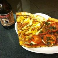 Foto tomada en Ian's Pizza por Chris S. el 12/18/2012