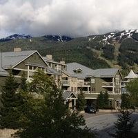 Foto tirada no(a) Summit Lodge Whistler por Marcelo B. em 6/2/2013