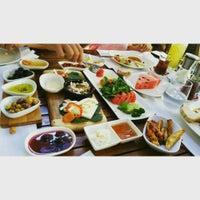 Das Foto wurde bei Limoon Café & Restaurant von Burak A. am 8/18/2015 aufgenommen