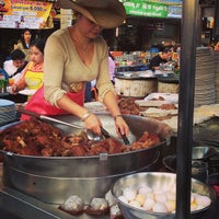 Foto tomada en ChangPhuak Night Market por Paige T. el 1/21/2013