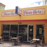 8/21/2013 tarihinde The Corcoran Groupziyaretçi tarafından Pizza Girls WPB'de çekilen fotoğraf