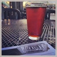 Foto tomada en Jackson's Bar & Bistro por Sam F. el 10/8/2013