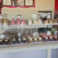 Снимок сделан в Gigi's Cupcakes пользователем Kalani (. 7/27/2013