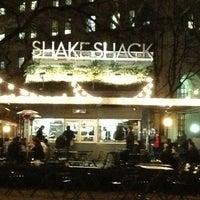 Foto tomada en Shake Shack por Kelsey S. el 1/18/2013