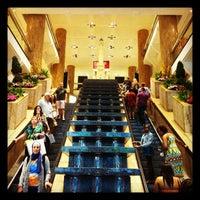 Снимок сделан в Water Tower Place пользователем Freddy H. 5/19/2012