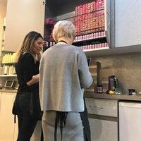Foto scattata a Hollywood Salon da Jenn C. il 2/14/2018