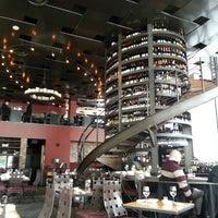 3/11/2013 tarihinde Rand F.ziyaretçi tarafından Purple Café & Wine Bar'de çekilen fotoğraf