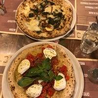 Photo prise au 'Ntretella - Pizzeria Friggitoria par Mayra J. le7/2/2018