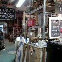 Das Foto wurde bei Philadelphia Salvage Company von X am 10/12/2012 aufgenommen