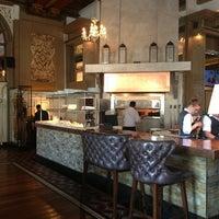 Das Foto wurde bei OAK Long Bar + Kitchen von Line A. am 6/23/2013 aufgenommen