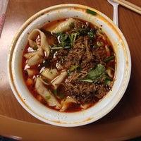 Foto tomada en Xi'an Famous Foods por Jon Z. el 1/2/2014