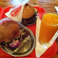 Das Foto wurde bei Yellow Sunshine Burger von Vanessa M. am 7/13/2012 aufgenommen