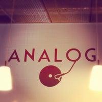 Foto tirada no(a) Café Analog por Chris Z. em 9/5/2012
