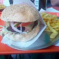 Das Foto wurde bei Yellow Sunshine Burger von Charles-Antoine M. am 8/3/2012 aufgenommen