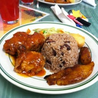 Photo prise au Island Breeze Jamaican Cuisine par Ashley D. le5/4/2012