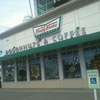 Das Foto wurde bei Krispy Kreme Doughnuts von Alan F. am 7/29/2012 aufgenommen