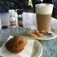 Photo prise au Empire Cafe par Tiffany E. le5/10/2012
