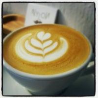 Foto tirada no(a) Nylon Coffee Roasters por Jzin T. em 8/13/2012
