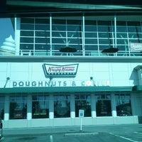 Das Foto wurde bei Krispy Kreme Doughnuts von Jeannie S. am 8/11/2012 aufgenommen