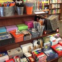 Foto diambil di Brookline Booksmith oleh Ariel G. pada 5/8/2012