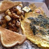 รูปภาพถ่ายที่ Le Petit Cafe โดย Sara C. เมื่อ 2/17/2012