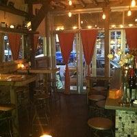 4/27/2012 tarihinde Charlotte C.ziyaretçi tarafından Shervin's Cafe'de çekilen fotoğraf