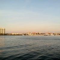 รูปภาพถ่ายที่ Hula Bay Club โดย Matthew F. เมื่อ 6/4/2012