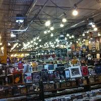 5/13/2012 tarihinde Louise K.ziyaretçi tarafından Twist & Shout Records'de çekilen fotoğraf