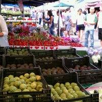 Foto scattata a Hillcrest Farmers Market da Kevin P. il 6/12/2011