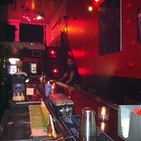 Foto diambil di The SKINnY Bar & Lounge oleh Kirby B. pada 9/3/2011
