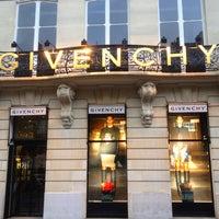 รูปภาพถ่ายที่ Givenchy โดย Avilon J. เมื่อ 7/12/2012