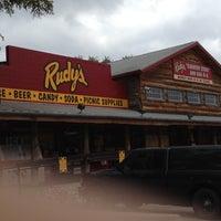 Foto tomada en Rudy's Country Store & Bar-B-Q por Amelia I. el 3/19/2012
