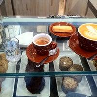 Foto scattata a Blue Bottle Coffee da Devora S. il 2/29/2012