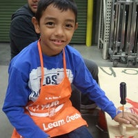 รูปภาพถ่ายที่ The Home Depot โดย Raul C. เมื่อ 12/3/2011