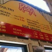 Foto tomada en Rudy's Country Store & Bar-B-Q por Claire S. el 10/16/2011