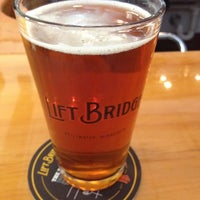 Foto tirada no(a) Lift Bridge Brewing Company por John D. em 8/7/2012