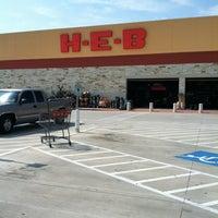 รูปภาพถ่ายที่ H-E-B โดย Rosalind M. เมื่อ 5/14/2012