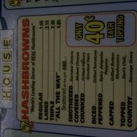 Das Foto wurde bei Waffle House von Daphne A. am 8/28/2011 aufgenommen