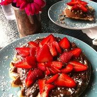 Das Foto wurde bei Waffle Era Tea Room von Charo H. am 4/22/2012 aufgenommen