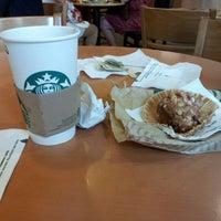 Photo prise au Starbucks Coffee par Monica D. le8/13/2012