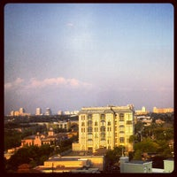 Foto diambil di Riverside Hotel oleh Jeff Z. pada 4/13/2012