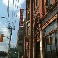Das Foto wurde bei Gladstone Hotel von Tara H. am 2/23/2012 aufgenommen