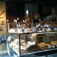Photo prise au Sunflour Bakery & Café par David H. le12/26/2011