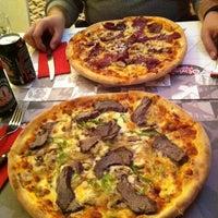 Foto scattata a Olivia's Pizzeria da Sevgi T. il 12/25/2011