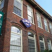 Das Foto wurde bei Elmo's Diner von Ariel B. am 7/26/2011 aufgenommen