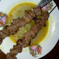 Foto diambil di Sate Klathak Pak Pong Asli oleh Isti'anah B. pada 9/21/2011